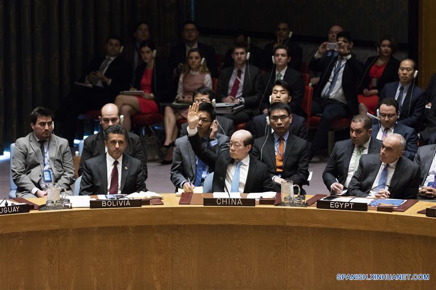 NUEVA YORK, abril 12, 2017 (Xinhua) -- Liu Jieyi (c-frente), representante permanente de China ante la Organización de las Naciones Unidas (ONU), vota para abstenerse sobre el borrador de resolución del Consejo de Seguridad en la sede de la ONU, en Nueva York, Estados Unidos de América, el 12 de abril de 2017. Rusia vetó el miércoles un proyecto de resolución del Consejo de Seguridad de la ONU (CSNU) elaborado por Occidente sobre un presunto ataque químico en la provincia noroccidental siria de Idlib. El embajador de China ante la ONU, Liu Jieyi, dijo que China apoya la realización de una investigación integral, objetiva e imparcial por parte de la ONU y de la Organización para la Prohibición de las Armas Químicas (OPAQ).