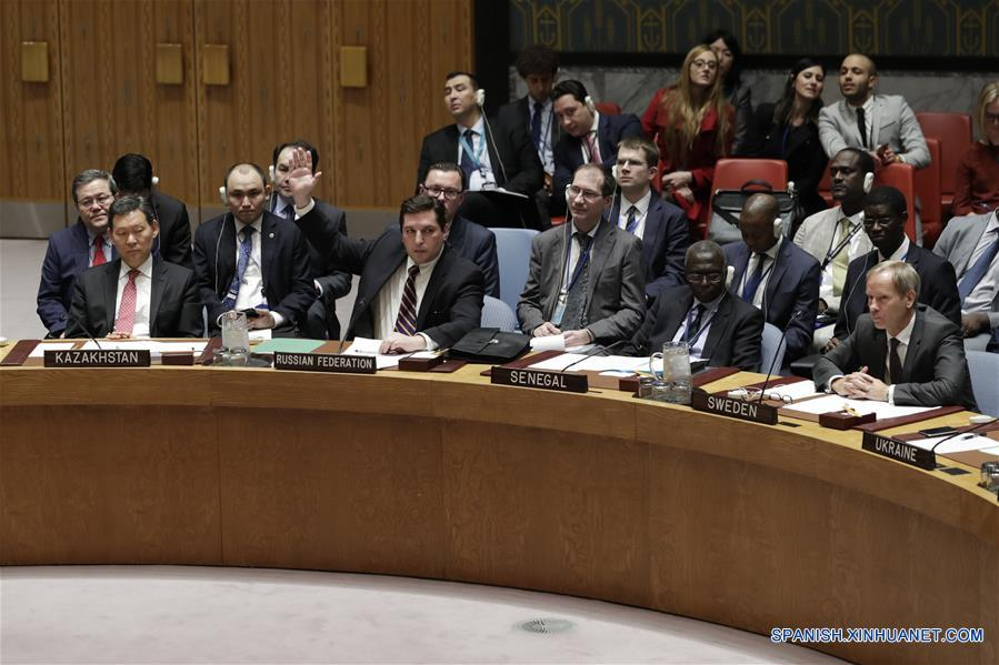 NUEVA YORK, abril 12, 2017 (Xinhua) -- El embajador adjunto de Rusia ante la Organización de las Naciones Unidas (ONU), Vladimir Safronkov (2-i-frente), veta un borrador de resolución del Consejo de Seguridad, en la sede de la ONU, en Nueva York, Estados Unidos de América, el 12 de abril de 2017. Rusia vetó el miércoles un proyecto de resolución del Consejo de Seguridad de la ONU (CSNU) sobre un presunto ataque químico en la provincia noroccidental siria de Idlib. (Xinhua/Li Muzi)
