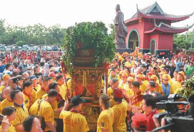印尼三宝垄市的纪念郑和游行庆典活动。   新华社记者 杜 宇摄