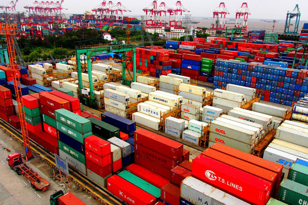 Containers pile up at Waigaoqiao Port in the Shanghai Free Trade Zone. [Photo/ Xinhua]