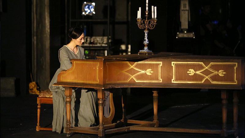 当袁泉走到钢琴前弹奏起全剧的主题曲,观众已然感受到她瘦削清冷而孤傲的气质正如书中所描述的简·爱 牛小北/摄
