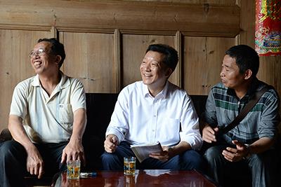 廖俊波(左二)在铁山东涧村调研。(资料图)