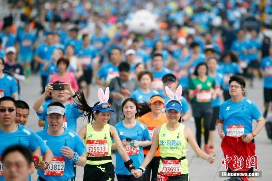 More than 21,000 runners competed in the Beijing Half Marathon on Sunday.