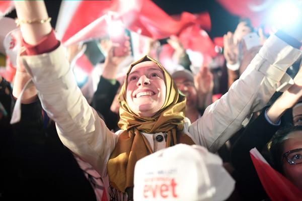 Vague de critiques envers Erdogan — Référendum en Turquie