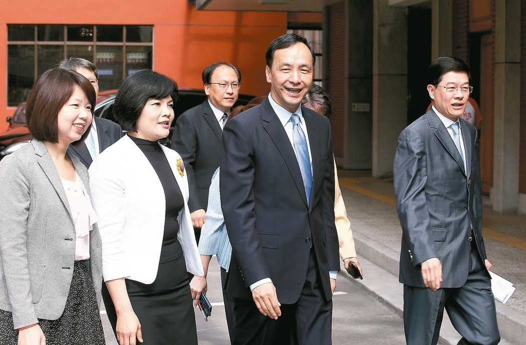 台湾南北诸侯拼抢前瞻预算,朱立伦陈菊当面交火。(图片来源:台湾《联合报》)