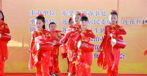小朋友表演腰鼓,传承闽南传统民俗文化