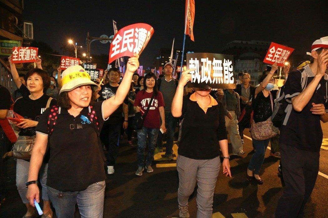 """台湾监督年金改革行动联盟发起""""夜宿围城""""包围""""立法院""""行动。(图片来源:台湾《联合报》)"""
