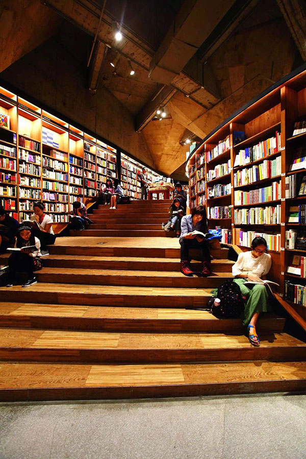 """""""成都包罗万象的自由气质,几乎将全国""""不甘于只卖书""""的情怀书店悉数收入囊中。"""""""