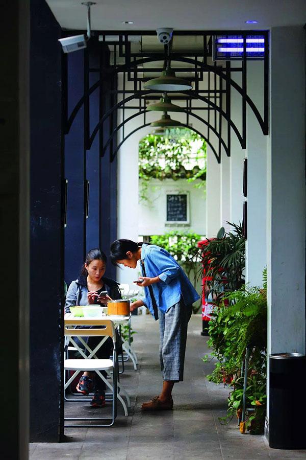 """""""从川菜到不拘一格的美食,从绿茶到咖啡,成都已经将味道与记忆、咖啡与生活、美食与设计演绎得风情万种,得心应手了。"""""""