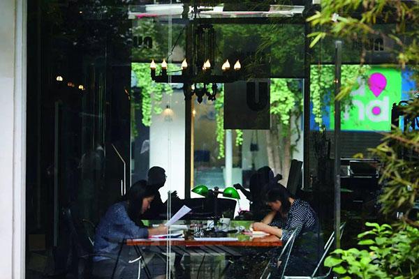 """尽管星巴克和太平洋咖啡已经在成都遍地开花,然而要体验咖啡这一外来之物和成都本土文化的交融,则必须要去寻找隐藏在老旧小街中的独立咖啡馆了。每间咖啡馆都有自己的故事,""""旧物志咖啡""""便是其中之一。它隐身于泡桐树街老旧楼宇之间,每一处都摆放着带有使用痕迹的老物件,与其说是在品咖啡,不如说是在品时光。奎星楼街的""""纽咖啡"""",门前的银杏树落叶纷纷,它和身后的明堂创意工作区一起,成为一个以艺术和创意为核心的基地。"""
