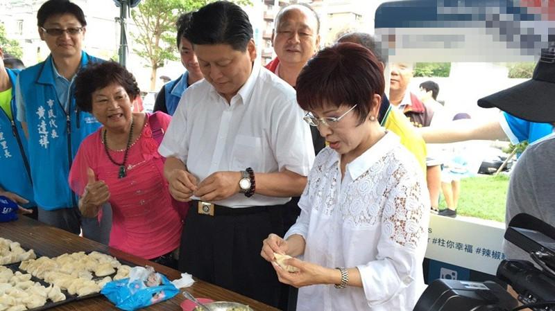 花莲县长傅昆萁(左)与洪秀柱(右)一起包水饺,两人互动自然。(图片来源:台湾《联合报》)