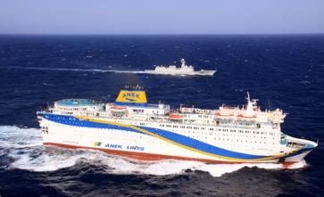 """""""徐州""""舰为撤离我在利比亚同胞船舶护航。李高健摄"""