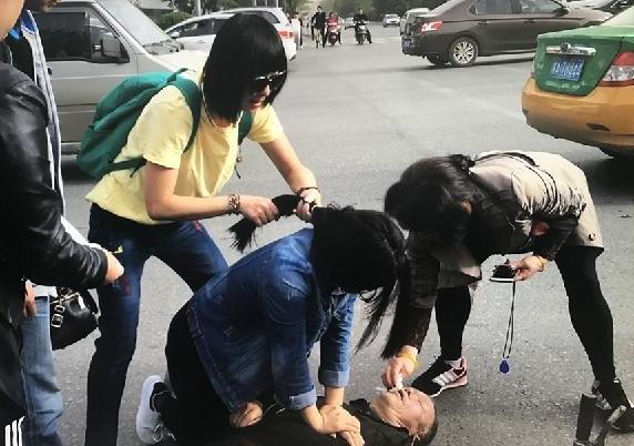 老人晕倒在地口吐白沫 女孩人工呼吸抢救