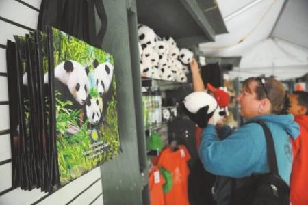 各种以大熊猫为形象设计的礼品最受游客青睐