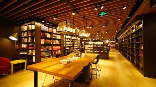 河北石家庄多业态复合型书店东华书店内景。