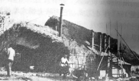 当时夹江县山沟里基地的草棚食堂。 图据《见证中国核潜艇》
