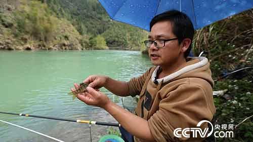 垂钓者展示钓上的石斑鱼
