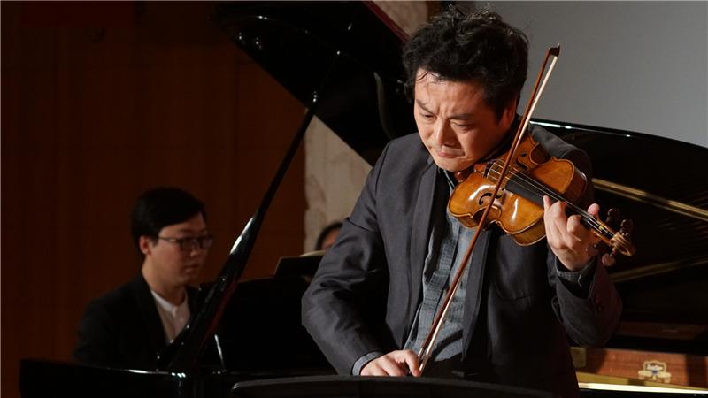 五月音乐节艺术总监、小提琴演奏家吕思清在新闻发布会现场表演王小京/摄