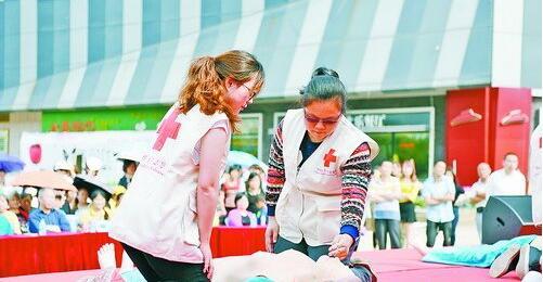 蔡塘社区卫生服务中心的工作人员为市民进行应急救护演练。