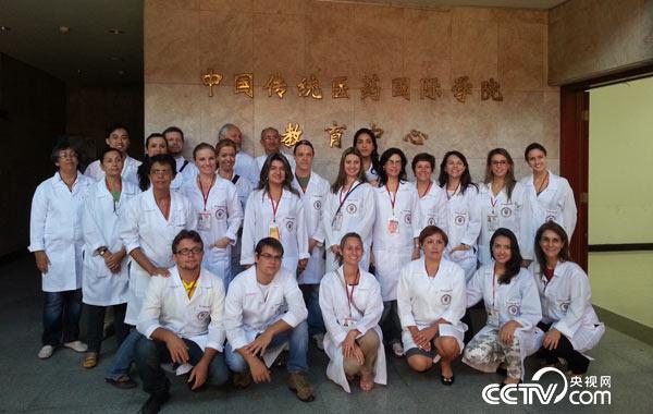 2015年5月,巴西东方疗法圣保罗学院与我校签署教育培训协议,并派出首批25名学员来校学习。