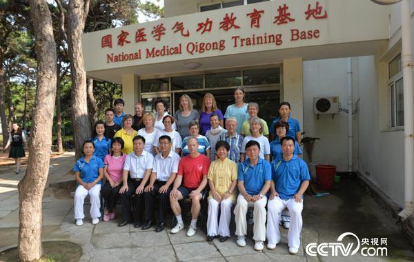 2015年于河北省医疗气功医院 医院领导与德国团学员合影