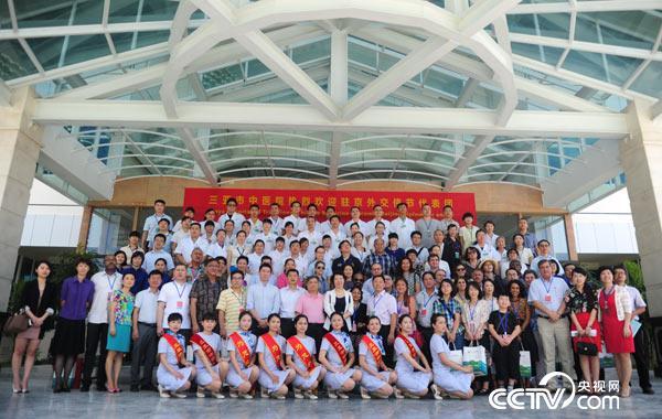 """11月20日,来自18个国家的驻京外交使节代表团赴三亚市中医院感受传统中医理疗,开启""""中医特色文化之旅""""。"""