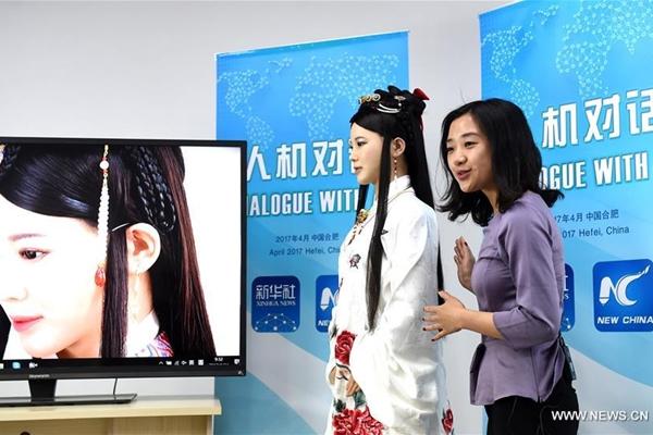 """مقالة خاصة: """"إلهة الروبوتات"""" الصينية تجري حوارا مباشرا مع صحفي أمريكي"""