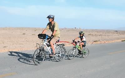 陈萱在爸爸的带领下骑行。图片由陈守忠提供