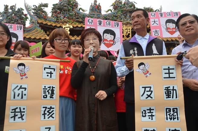 国民党主席洪秀柱(前中)24日到北港朝天宫参拜妈祖,与基层党员座谈,对于前瞻基础建设计划,她认为要提出真正的精算报告与愿景。