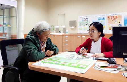 个案管理师为患者进行健康教育