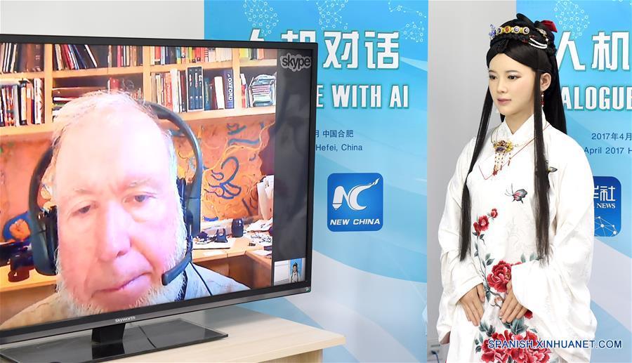 HEFEI, abril 24, 2017 (Xinhua) -- Jia Jia, una robot interactiva que parece una joven china real en ropa tradicional, conversa a través de internet con Kevin Kelly, fundador y editor ejecutivo de la revista Wired, en Hefei, capital de la provincia de Anhui, en el este de China, el 24 de abril de 2017. Jia Jia fue invitada como una reportera especial de la Agencia de Noticias Xinhua para conducir el diálogo hombre-máquina con Kelly el lunes. Jia Jia fue presentada en 2016 por un equipo de investigación y desarrollo robótico en la Universidad de Ciencia y Tecnología de China en Hefei. Le tomó al equipo tres años investigar y desarrollar este robot interactivo de nueva generación, que puede hablar, mostrar microexpresiones, mover sus labios y mover su cuerpo. (Xinhua/Guo Chen)