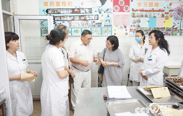 俄国家杜马卫生委员会主席谢尔盖•卡拉什尼科夫参观中国中医药大学