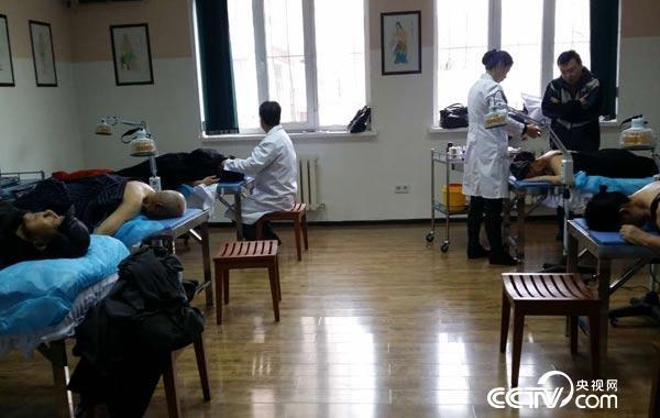 中国吉尔吉斯中医中心为患者治疗