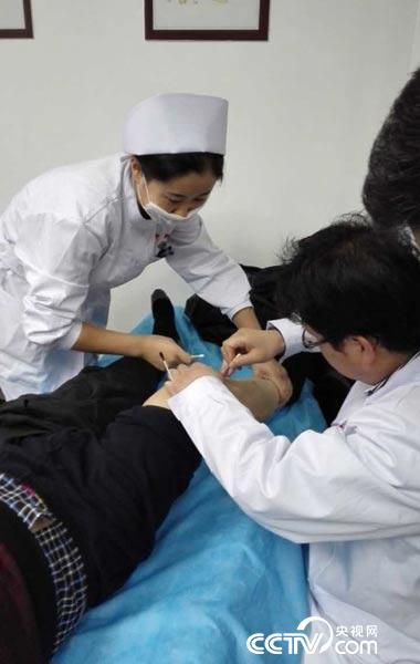 中国吉尔吉斯中医中心为患者进行小针刀治疗