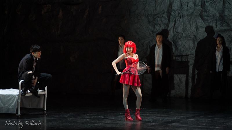 多媒体舞台呈现搭配音乐话剧的表现形式、喜剧特色融合隐藏的悲剧气氛,孟京辉的先锋派美学风格在《琥珀》中展露无遗