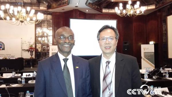 2015年10月4日-6日,南非开普敦,中非部长级卫生合作发展会议,宋健平教授与科疟疾中心主任介绍中-科摩罗清除疟疾项目。