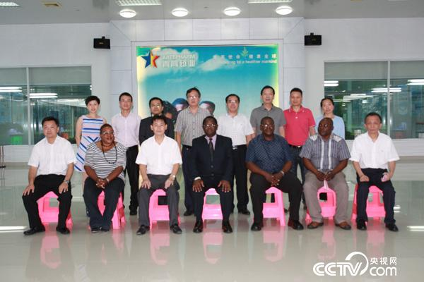 2015年7月20日,马拉维代表团参观广东新南方青蒿药业有限公司(青蒿素生产基地)
