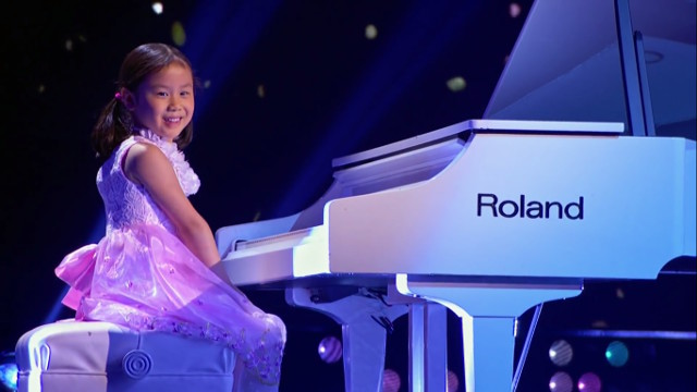 This week, 5-year-old Anke wowed the audience on the Harvey-hosted talent show Little Big Shots with her insane piano skills, while at the same time melting their hearts with her adorable smiles.