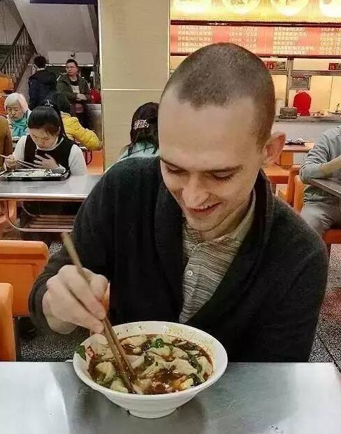 格里申在学校食堂吃红油抄手