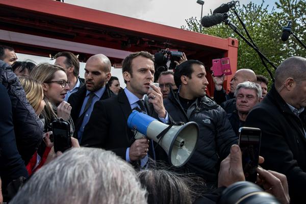 Le candidat Macron hué lors de sa visite à l