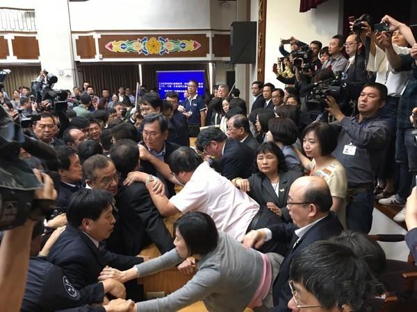 """""""前瞻条例""""宣布要逐条审查,国民党冲主席台"""