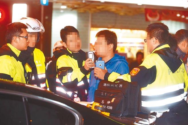 图为警方执行酒驾拦检勤务