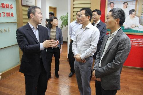 陈燕楠(左一)