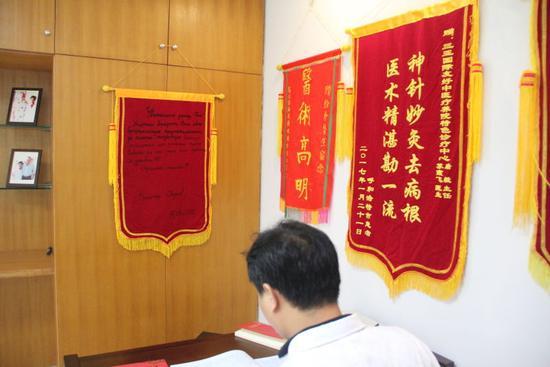 2017年2月17日,在三亚市中医院,医生唐毅办公室挂着一面俄语锦旗。新华社记者涂超华摄