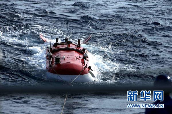 """4月29日,""""蛟龙""""号载人潜水器在天气状况较差的情况下深潜归来。新华社记者 刘诗平 摄"""