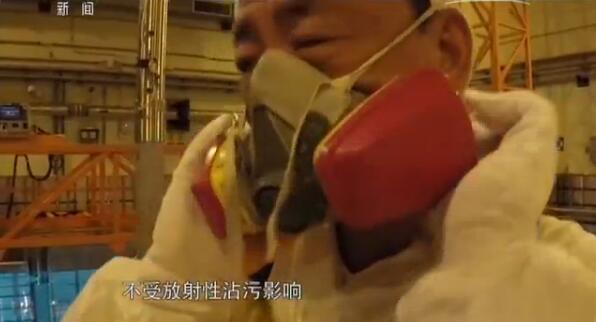 乔素凯戴上面罩准备修复核燃料棒