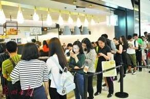 正在奶茶店内排队的顾客。广州日报 图