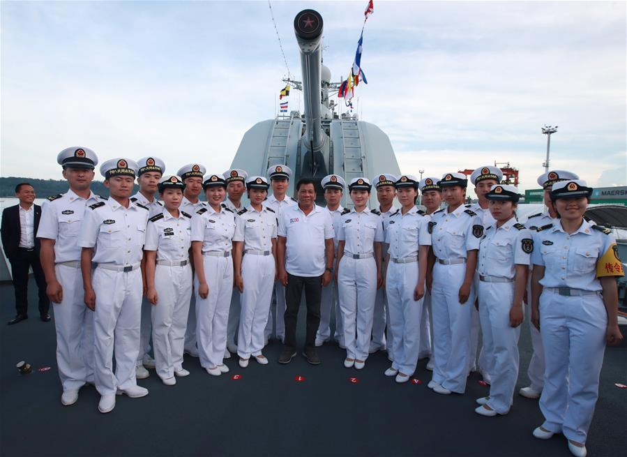 Philippine President Rodrigo Duterte (C) poses for a photo with Chinese navy sailors on missile destroyer Changchun in Davao City, the Philippines, May 1, 2017. A Chinese naval fleet has begun a three-day friendly visit after arriving Sunday at Davao City in the southeastern region of The Philippines. (Xinhua/Yu Wei)