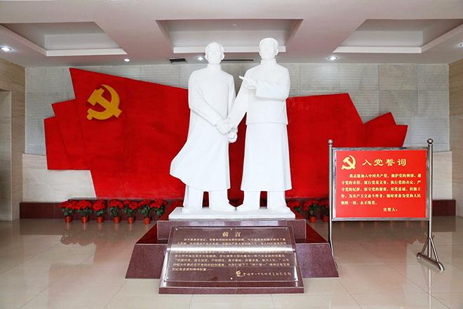 纪念馆内弓仲韬与李大钊握手的雕像