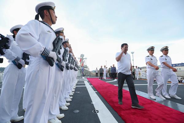 Le président philippin visite le contre-torpilleur chinois